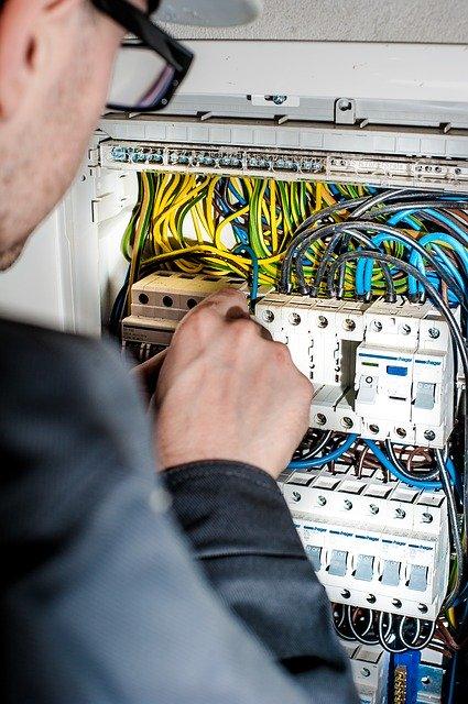 Elektriker, der arbejder med elektriske forbindelser